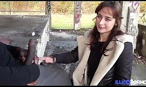 Elle lui crie des insultes pendant qu'_il la baise en public ! [Full Video]