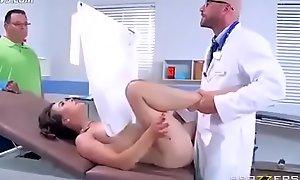 Doctor se la folla durante revisió_n mé_dica de su vagina, Mientras su esposo espera y no se da de cuenta